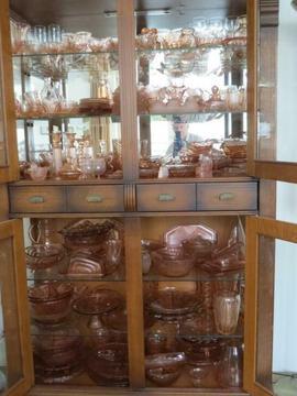 Kersenrode kast vol oud rose glaswerk